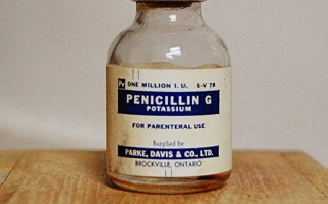 Как ни странно, именно такое наплевательское отношение к чистоте, в конечном итоге, и помогло ему изобрести пенициллин - первый в мире антибиотик. Это случилось после того, как на его лабораторной посуде появился плесневый грибок, убивающий бактерии.