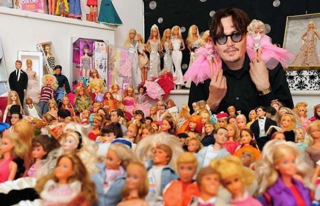 Джонни Депп прославился на весь мир не только благодаря таланту к перевоплощению, но и благодаря любви к коллекционированию, так, на его счету довольно внушительная коллекция кукол Барби.