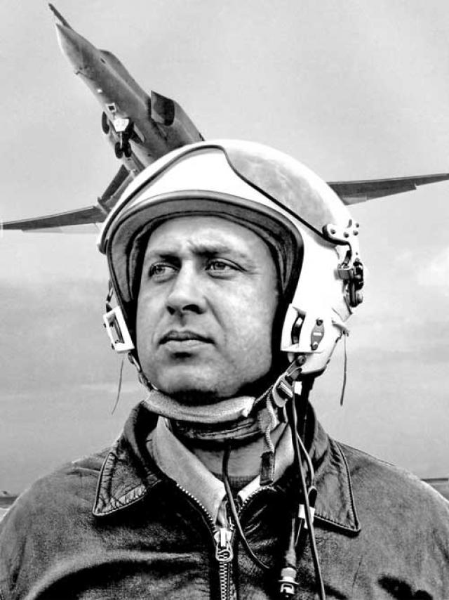 11 мая 1979 года капитан Виктор Кубраков , служивший в морском авиаполку Черноморского флота, спас жителей села Янтарное Красногвардейского района Крыма.