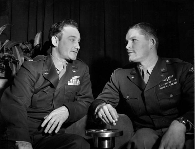 Майор Томас Фереби, сбросивший бомбу на Хиросиму, и капитан Кермит Бихан, сбросивший бомбу на Нагасаки, разговаривают в гостинице в Вашингтоне, 6 февраля 1946 года.
