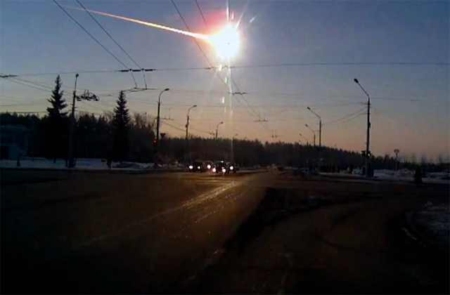 18. Челябинский метеорит По оценкам NASA, Челябинский метеорит, упавший 15 февраля 2013 года, — самый большой из известных небесных тел, падавших на Землю после Тунгусского метеорита.