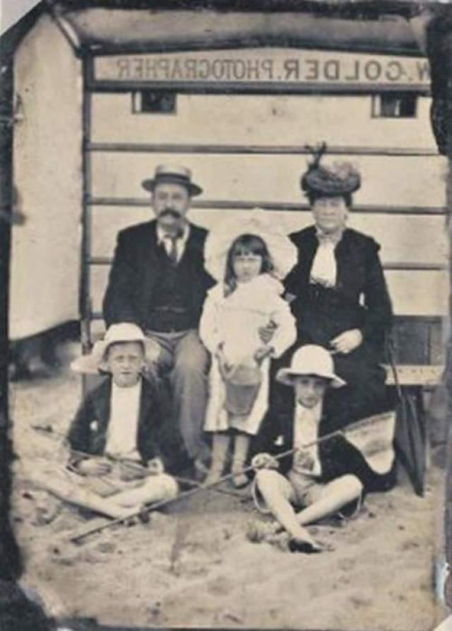 По мере появления все новых и новых фотографий их герои старели и взрослели. Это было увлекательное занятие - изучение истории одной семьи.