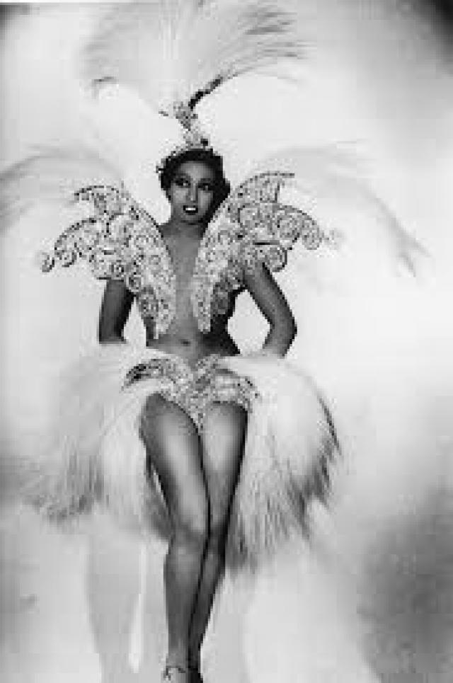 """В это же время парижскую публику покоряла Жозефин Бейкер – чернокожая девушка сильно """"экономила"""" на нарядах."""
