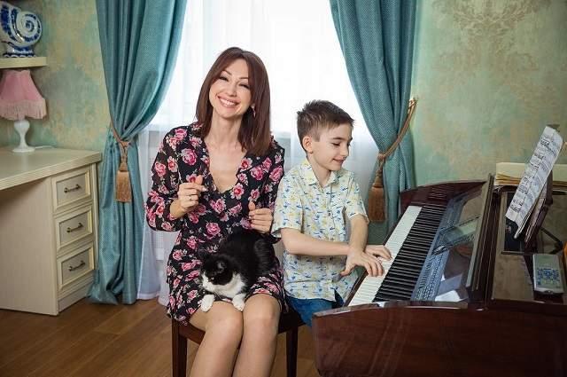 Второй супруг, Башар Куштов, не давал ей даже шагу ступить без охраны и все время ревновал. От него у девушки есть сын Микаил.