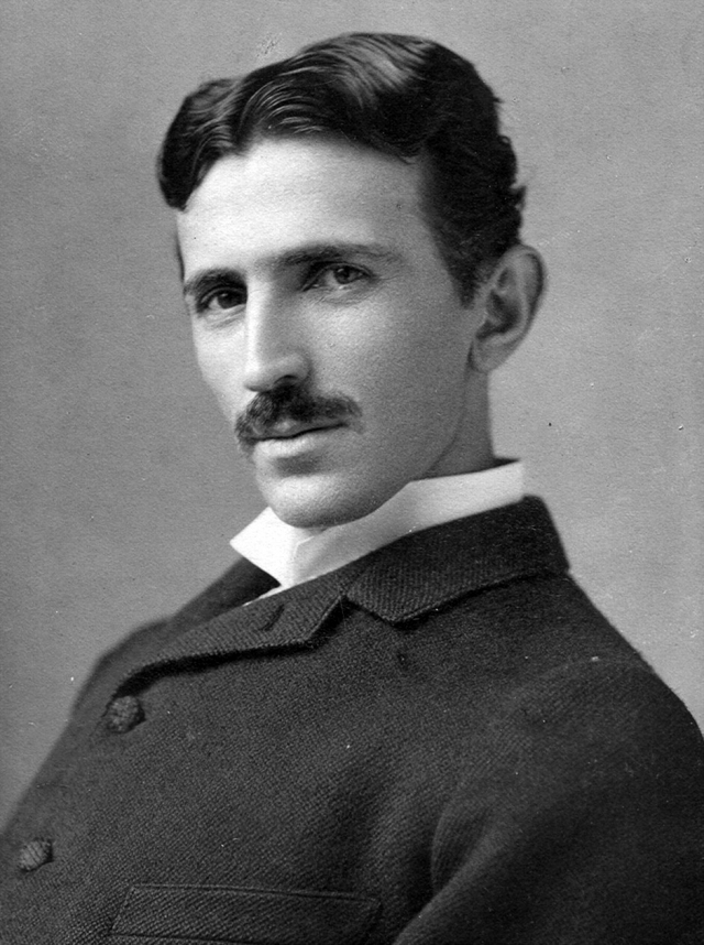 Никола Тесла. Повелитель электричества страдал гермофобией – боязнью микробов, что выражалось в боязни прикоснуться к другим людям и предметам, которые могли переносить микробы. Также в ужас Теслу приводили драгоценности, в частности, серьги из жемчуга.