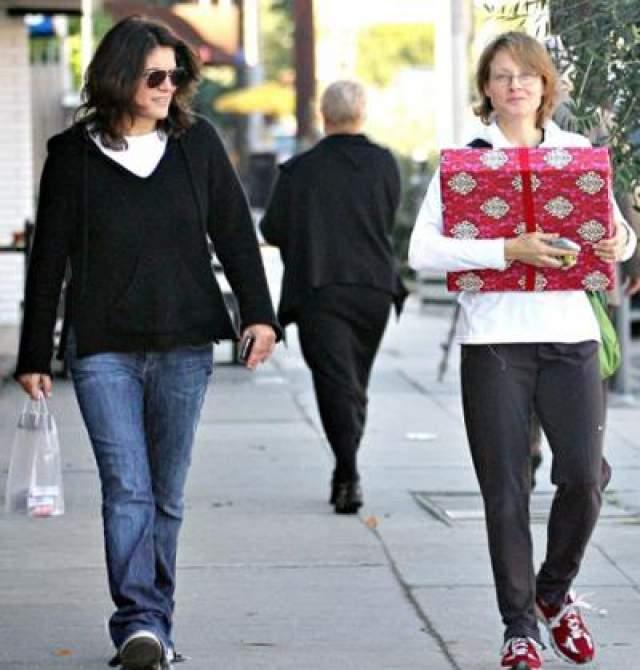 """Новой возлюбленной Фостер стала сценарист и продюсер Синди Морт, с которой она познакомилась на сьемках фильма """"Отважная"""" в 2007 году и которая старше актрисы на 6 лет."""