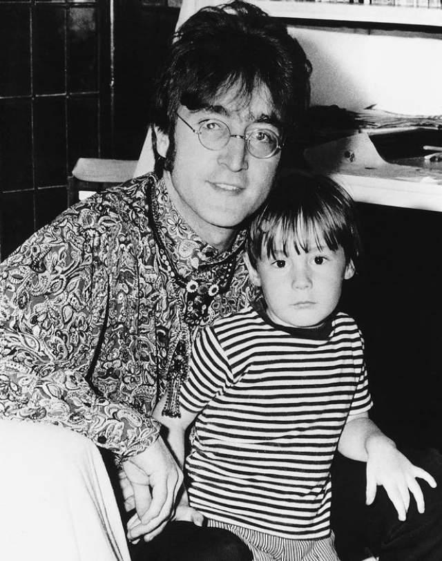 """Джон Леннон. Первая жена еще одного """"битла"""", Синтия Леннон, родила от него сына Джулиана в 1963 году. Во втором браке с Йоко Оно появился на свет его сын Шон."""