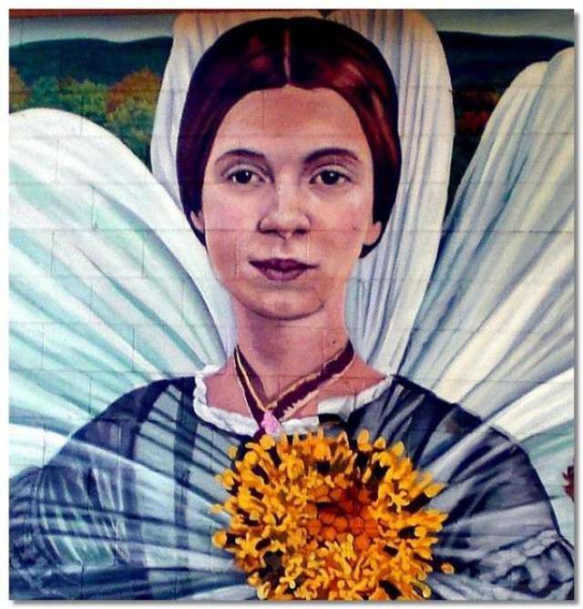 После смерти Дикинсон велела сжечь все ее произведения, но сестра, Лавиния, наткнулась на шкатулку, в которой хранились особо важные стихи. Она помогла их подготовить к изданию и выпустила сборник стихов Эмили Дикинсон.