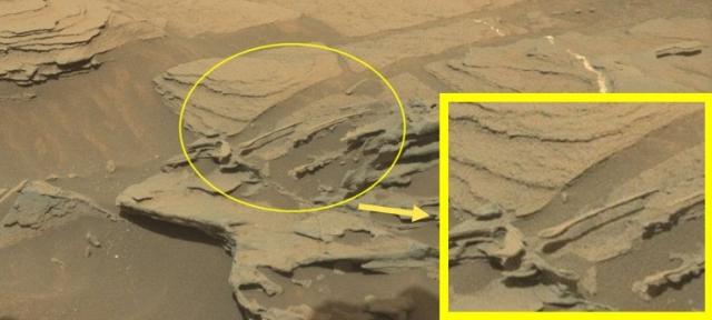 """30 августа 2015 года марсоход Curiosity снял """"гигантскую летающую ложку"""". По версии NASA, это всего лишь причудливое скальное образование."""