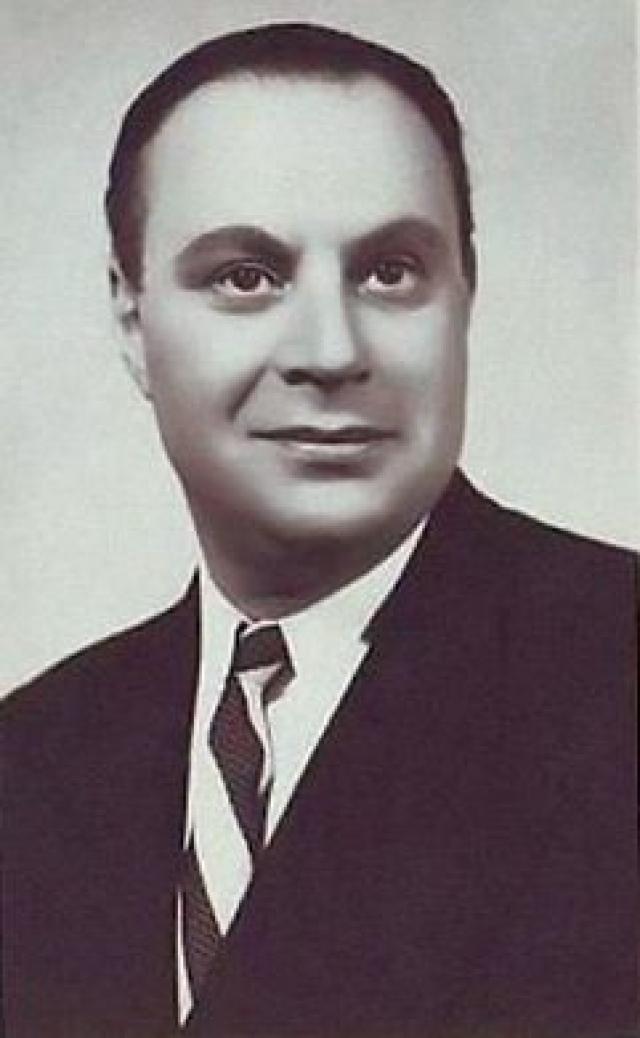 Отец будущей звезды - Александр Менакер - начинал свою артистическую карьеру с музыкальных фельетонов, затем стал совмещать исполнительство с режиссурой.