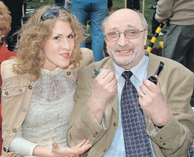 В возрасте 73 лет Козаков женился в последний раз. Его избранницей стала 30-летняя Надежда Седова. Увы, и этот брак завершился разводом.