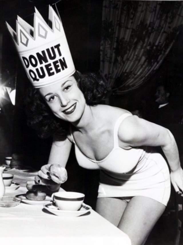 Королева пончиков - 1957 год. Этот конкурс пользовался большой популярностью среди жителей Нью-Йорка. И неудивительно, эта сладость и сегодня очень распространена в Америке. Каждый год победительница фотографировалась не только с короной и кубком, но и с пончиками.