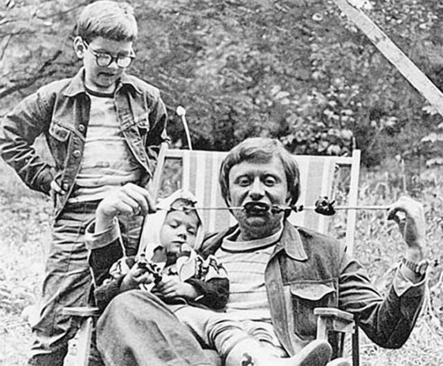 Андрей Миронов с дочерью Машей на шашлыках у друзей на даче.