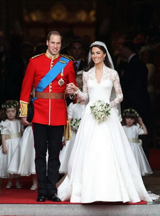"""Прическа невесты была украшена тиарой """"Halo"""" от Cartier, изготовленной из платины и декорированной бриллиантами, одолженной Кейт самой королевой Елизаветой."""