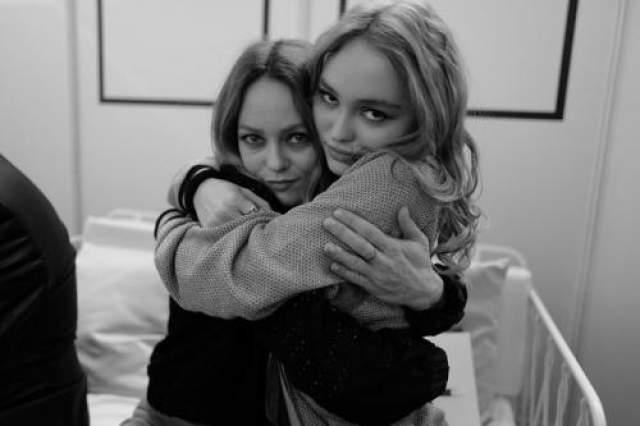 Лили-Роуз Депп Дочь Джонни Деппа и Ванессы Паради живет в Париже и к своим 17 годам успела стать лицом Chanel, музой покойного Карла Лагерфельда, получить роли в двух фильмах (один из них - с Натали Портман) и сняться для обложек журналов вплоть до Vogue.