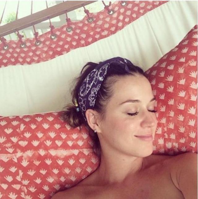 Кэти Перри. Певица продемонстрировала, что и без оригинального макияжа она просто красотка, сделав селфи во время отпуска.