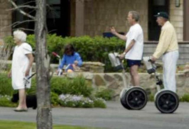 Через несколько минут он все-таки встал за руль и вместе со своим отцом Джорджем Бушем-старшим и псом Барни отправился в длительную самокатную прогулку.