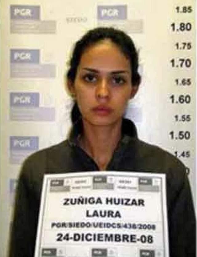 В декабре 2008 года 23-летнюю королеву задержали вместе с семью мужчинами, перевозившими на внедорожниках наркотики и оружие.
