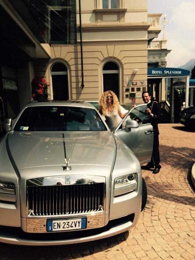"""Изольда Ишханишвили. Бывшая """"лицеистка"""" сама (!) водит свой Rolls-Royce Phantom (почти точно такой, как на ее фото из швейцарского Лугано), да еще и тюнинговала таким образом, чтобы логотип RR светился в темноте."""