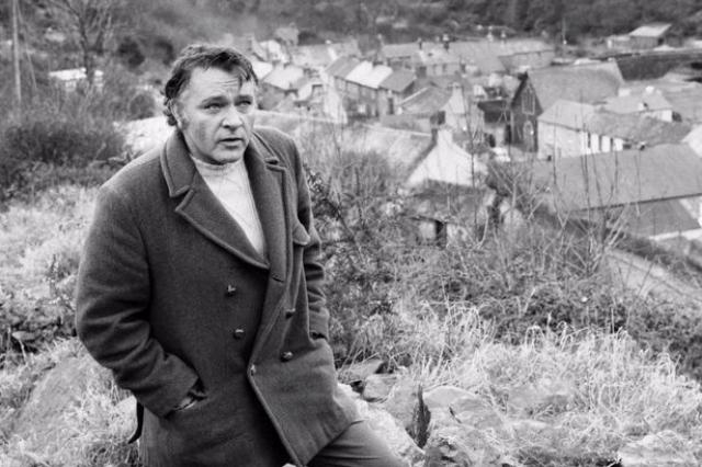 Бертон славился своими бурными романами, любовью к алкоголю и сигаретам. Именно вредные привычки погубили актера. Ричард умер в возрасте 58 лет.