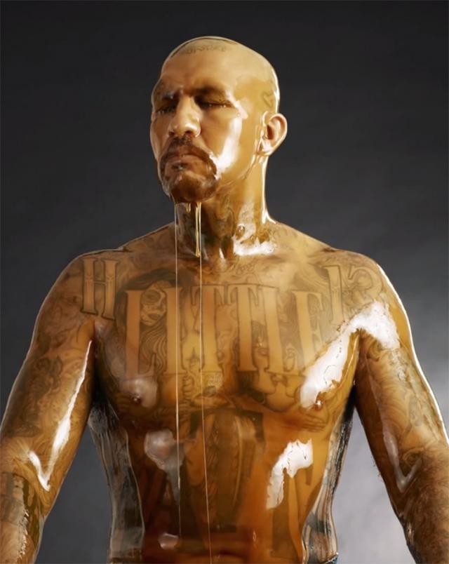 После того, как на модель выливают ведро меда, Литтл немного ждет.