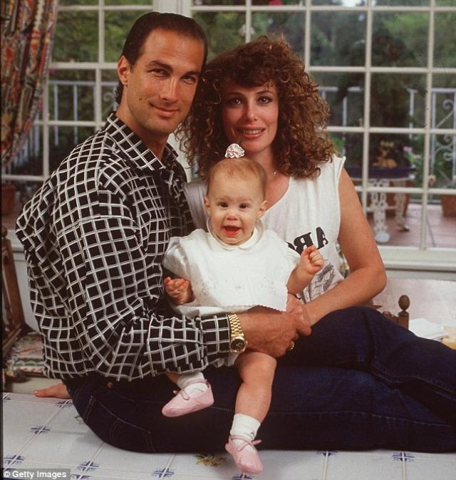 Третья супруга Келли Леброк родила мужу троих детей, нянчиться с которыми ей помогала юная няня Арисса Вульф.