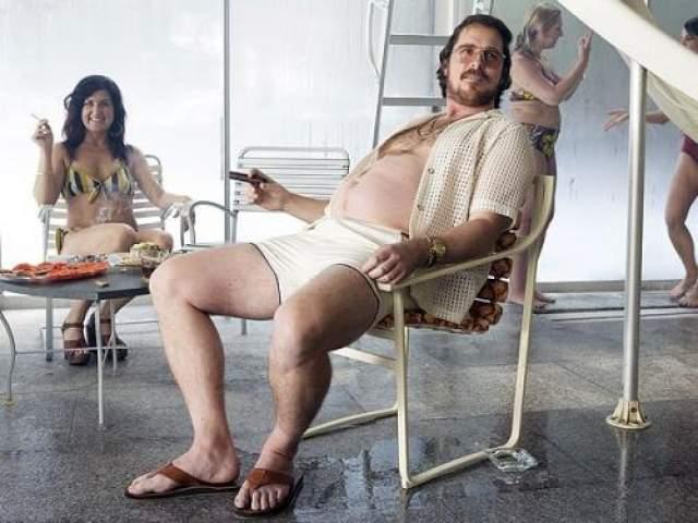 """""""Афера по-американски"""" 2013 год. Ради роли Бэйл обзавелся пивным животом в комплекте с двадцатью лишними кило."""