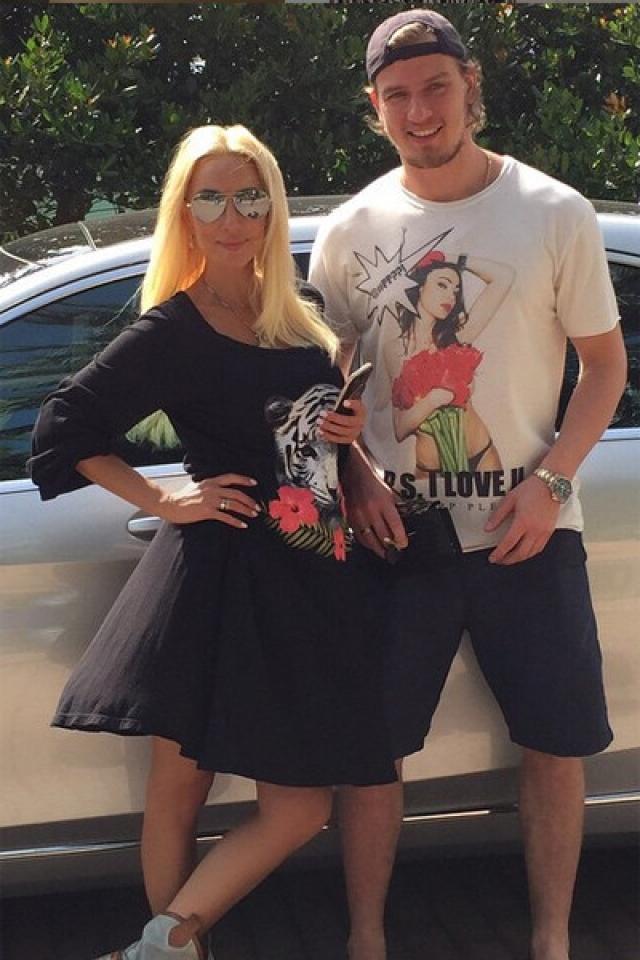 Недавно Кудрявцева начала посещать элитный медицинский центр планирования семьи: телеведущая уверена, что это поможет ей осуществить мечту и родить ребенка своему возлюбленному.