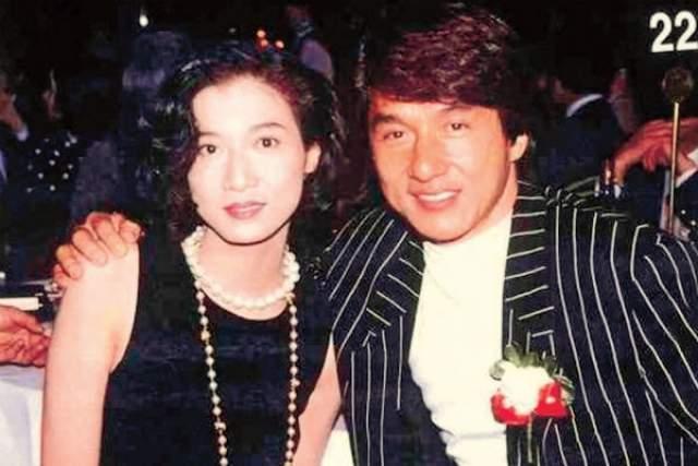 """Несмотря на долгий и крепкий брак, у Джеки Чана есть также внебрачная дочь. Чан признает, что он """"совершил ошибку, которую делали многие мужчины во всем мире"""" ."""