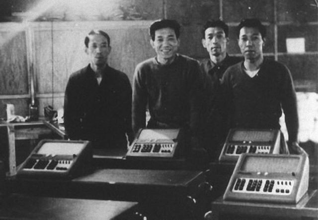 """Первая вычислительная машина весила 120 кг и была метровой высоты. Для того времени это был грандиозный успех. Название """"Касио 14А"""" означало, что вычислительная машина оперирует четырнадцатизначными числами и является первой в своем поколении."""