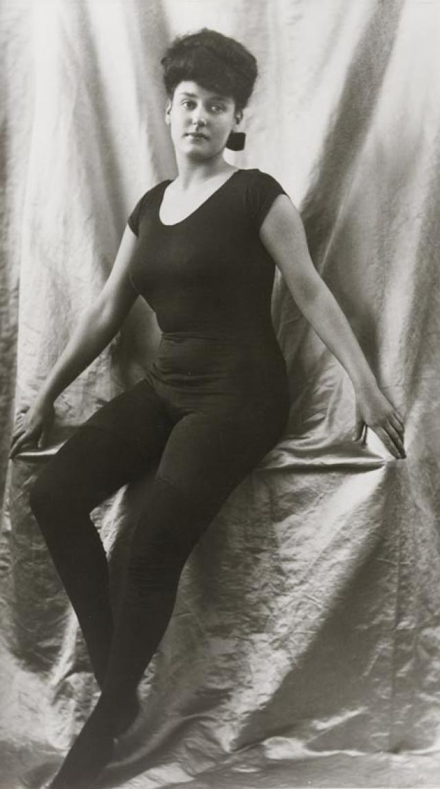 """1 июля 1915 года на экране впервые разделись: кинокартина называлась """"Дочь богов"""", а пионером киностриптиза стала профессиональная пловчиха из Австралии Аннетт Келлерман."""