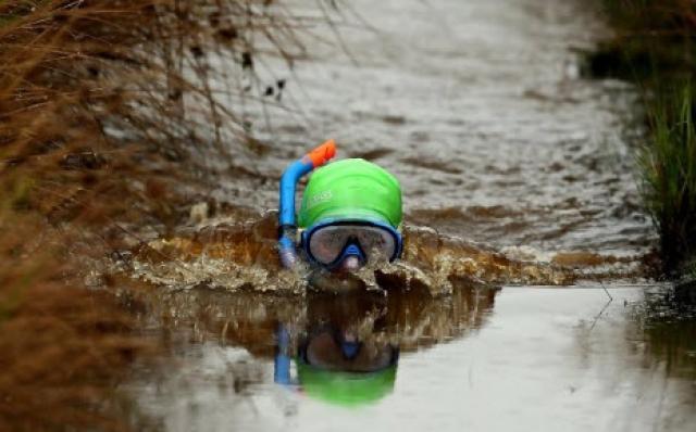 Болотное плавание. Соревнование проводится в Уэльсе, на западе Великобритании, с 1976 года. Пловцы, экипированные маской, трубкой и ластами, должны преодолеть 50 метров болотистой местности.