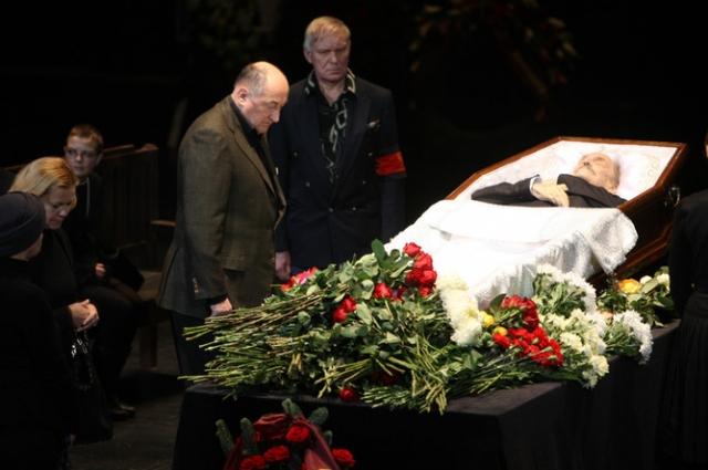 Причиной смерти стал сердечный приступ или отек легких. Прощание состоялось в театре имени Вахтангова. Похороны актера прошли в Москве 3 декабря на Новодевичьем кладбище.