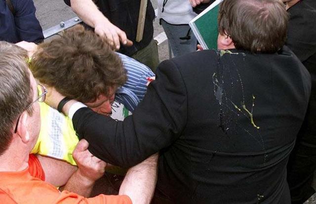 Май 2001: вице-премьера правительства Великобритании Джона Прескотта обкидал яйцами Крейг Эванс во время предвыборной кампании в Риле, Северный Уэльс.
