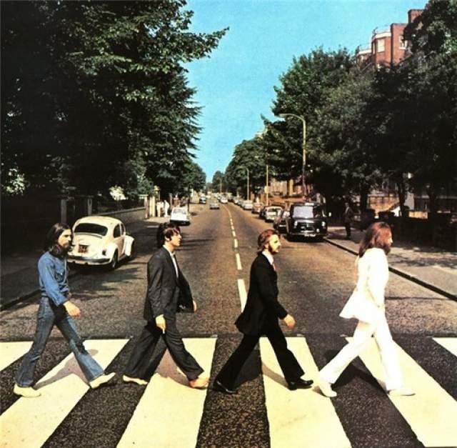 """Обложка альбома The Beatles """"Abbey Road"""" . 8 августа 1969 года фотограф Иен МакМиллан, по его словам, попросил полицейского, чтобы он остановил движение, пока он забирался на стремянку и фотографировал."""