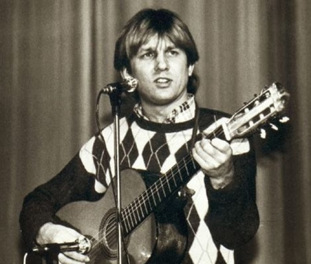 """Пел в ресторанах на разных языках, а с 1977 года стал работать в ансамбле """"Интеграл"""", где и сочинил многие свои будущие хиты."""