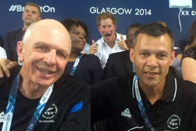 Принц Гарри испортил фото гостей Игр Содружества 2014. Похоже, молодого человека вдохновил бабушкин пример.