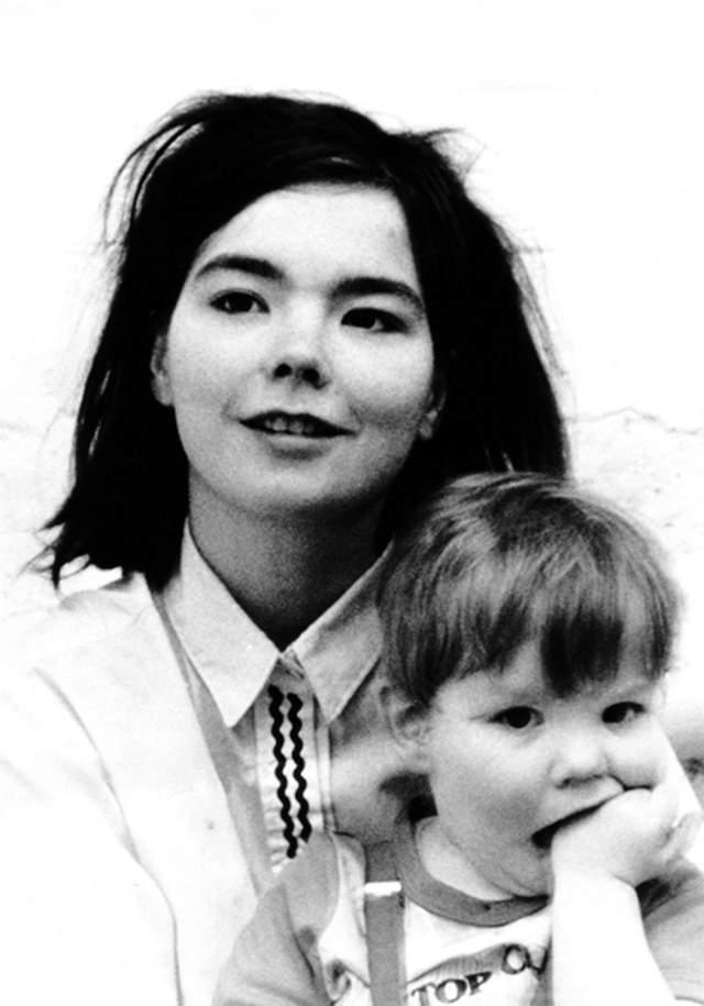 В 1986 году Бьорк родила сына, а в 2002 году - дочь. И проявляет себя дома как самая обыкновенная мама, - никаких инопланетных штучек, которые зрители получают от нее на концертах.
