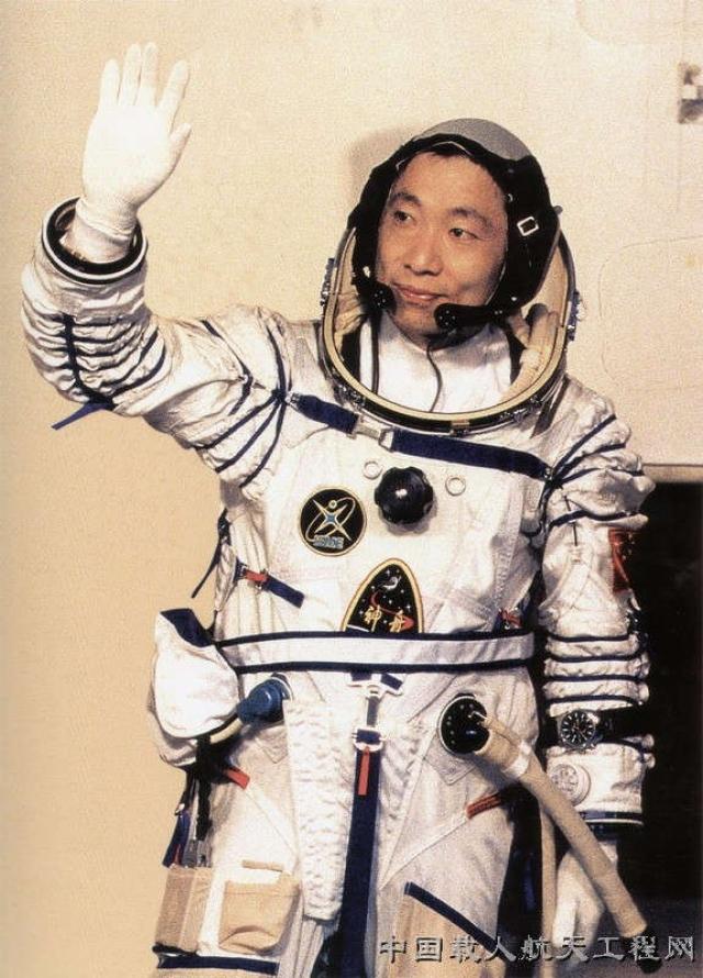 По словам космонавта, у него возникло ощущение, что кто-то стучит о стену космического корабля так же, как стучит железный ковш о дерево. Ливэй говорит, что при этом звук шел не извне, но и не изнутри космического корабля.
