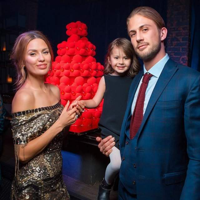 Несколько лет пара жила на две страны - Россию и Монако, а в марте 2012 года у Виктории и Алекса родилась дочь Анджелина Летиция. Однако в этом году пара рассталась.