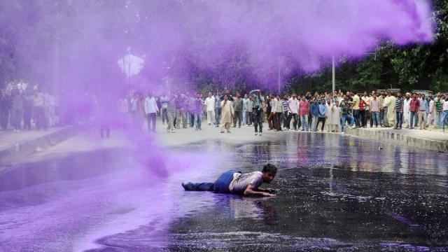 Шринагар, Индия, 10 августа. Государственный служащие протестуют против отсутствия договорной стабильности и задержек зарплаты.