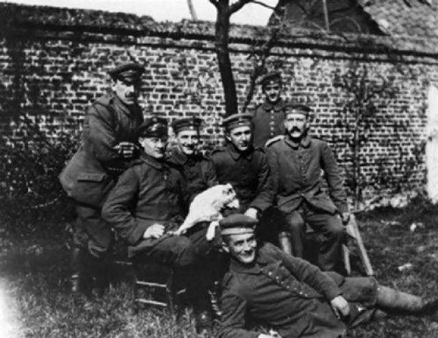 Во время Первой мировой войны Гитлер служил пехотинцем и получил серьезное ранение. Британский солдат, ранивший его, пощадил и не стал добивать будущего диктатора.