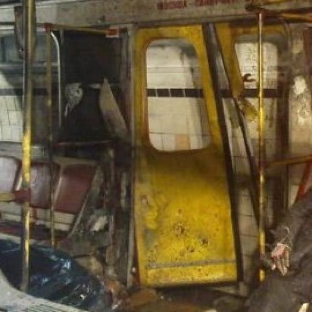 От взрыва один вагон был разрушен, другие получили повреждения. Пассажирам пришлось пешком добираться до ближайшей станции.