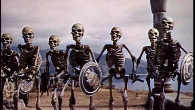 """Армия Скелетов """"Язон и Аргонавты"""" 1963 года Для 1963 года в пеплуме Рэя Харрикаузена были использованы прорывные технологии. Картина, адаптировавшая для экрана миф об аргонавтах, отправляющихся на воски божественного золотого руна, не могла обойти стороной причудливые препятствия на пути персонажей."""