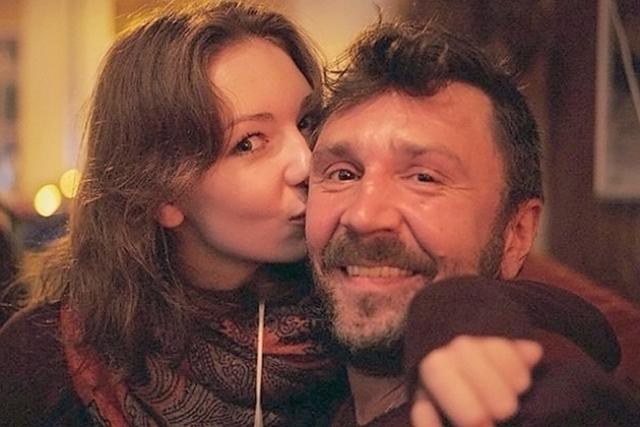 Сергей Шнуров. Первой супругой рокера стала Мария Исмагилова, которая родила ему дочь Серафиму (на фото) .