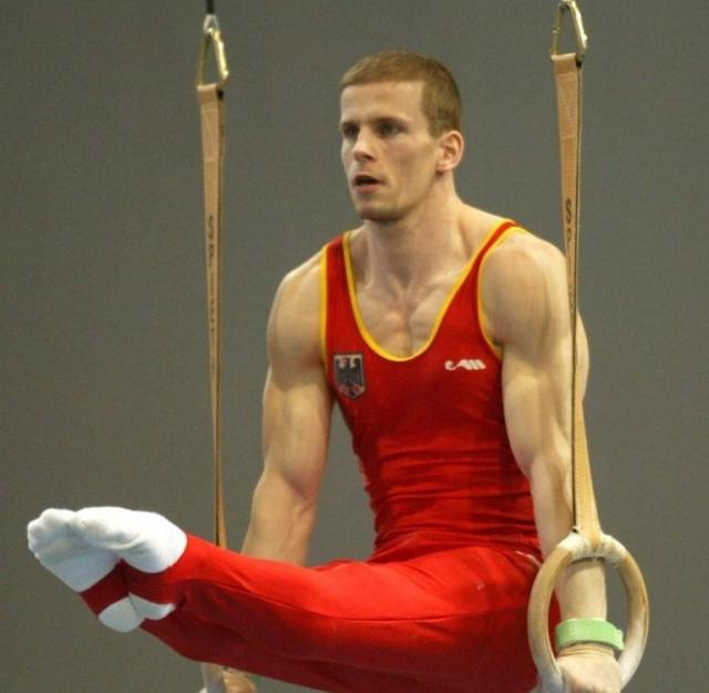 Ронни Зисмер. 15 июля 2004 года несчастье произошло с немецким гимнастом, претендовавшим на медали Олимпиады-2004: во время тренировки спортсмен упал и также повредил шейный позвонок.