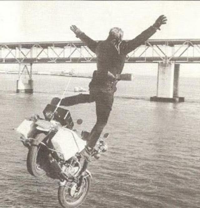 """Но на съемках «Тайны» Дар допустил ошибку, ставшую для него роковой. Во время съемок сцены, где нужно было всего лишь быстро проехать перед камерой на мотоцикле, Робинсон замешкался, и упал вместе с мотоциклом с обрыва, который начинался неподалеку от площадки для съемок. Кадр из фильма """"Высшая сила"""" (1973) с участием Робинсона"""