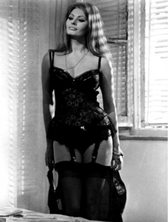 Главный секс-символ того времени, знойная Софи Лорен в тандеме с Марчелло Мастроянни, ее постоянным партнером на съемочной площадке, виртуозно воплотила три колоритных образа в трех коротких новеллах.