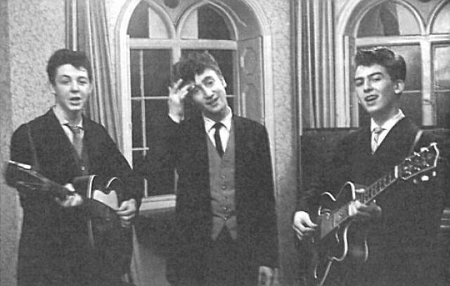 Джона Леннона и Пола Маккартни сблизила не только любовь к музыке, но и общая трагедия: в 1956 году у Пола от рака умерла мама, а двумя годами позже Леннон в автокатастрофе потерял свою мать.