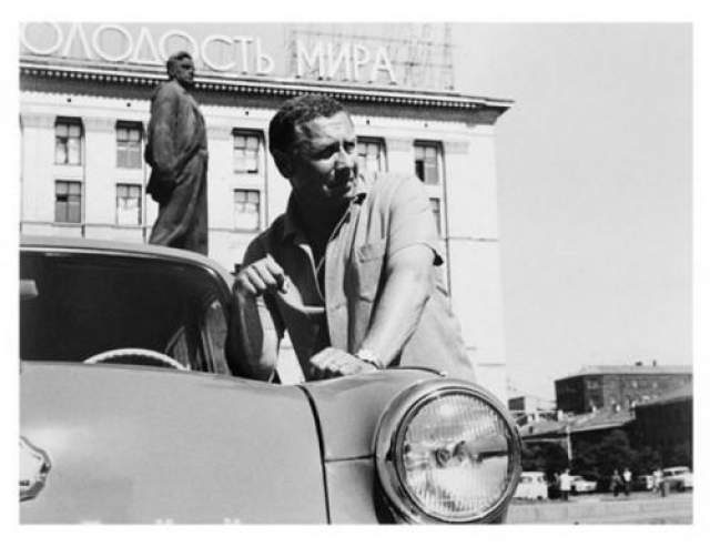 А. Папанов у своего автомобиля. Автор Князев Андрей, 1960 год